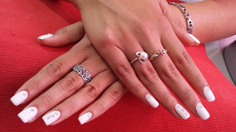 Renforcement de gel blanc sur ongles naturels avec des strass argentés 03